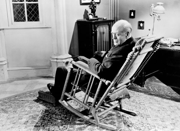 Alastair Sim as Inspector Poole in a scene from An Inspector Calls (1954)